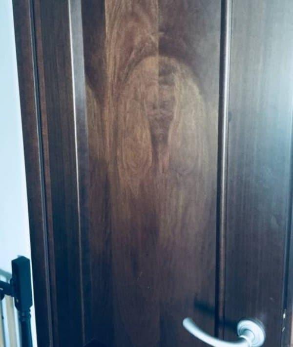 силуэт человека на двери