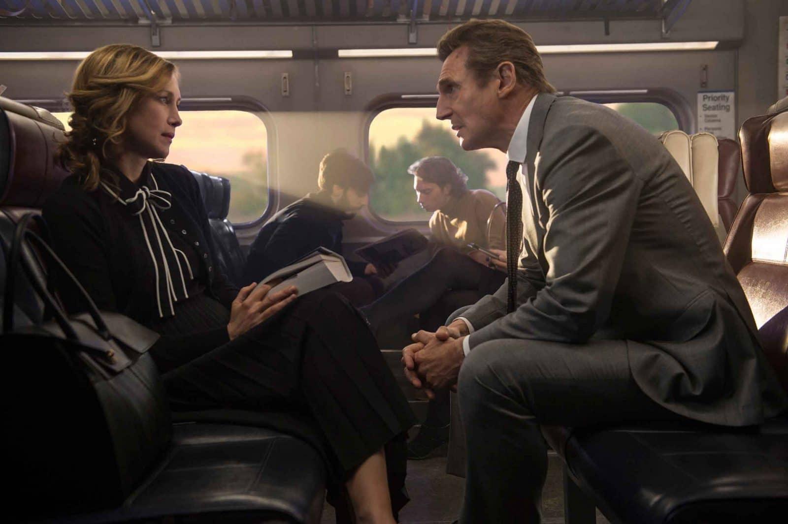 мужчина и женщина в поезде сидят