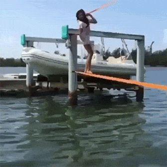 девушка падает в воду