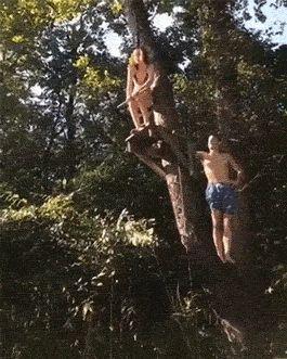 девушка прыгает с тарзанкой