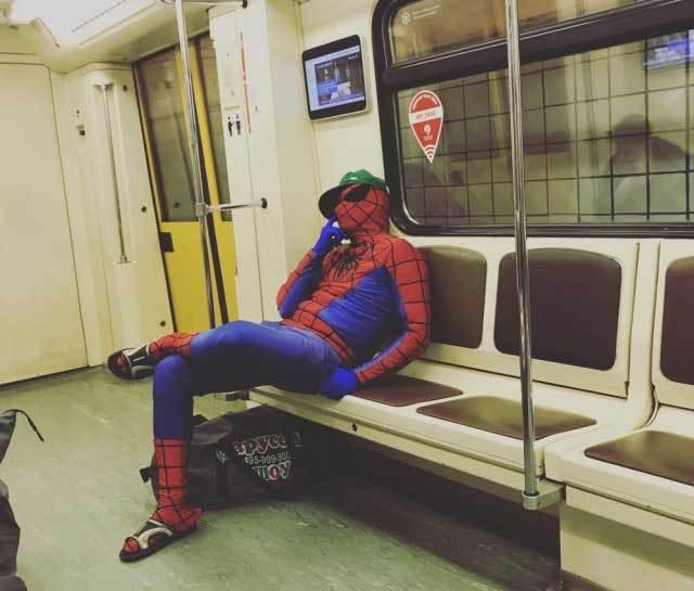 спайдермен говорит по телефону в метро