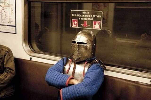 мужчина в доспехах рыцаря в метро