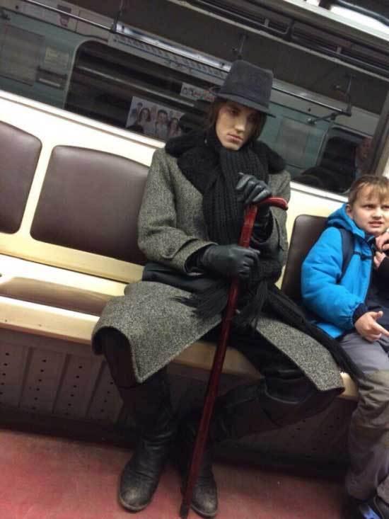 парень в пальто и шляпе