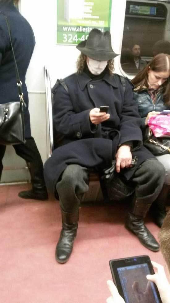 парень в шляпе и гриме в метро