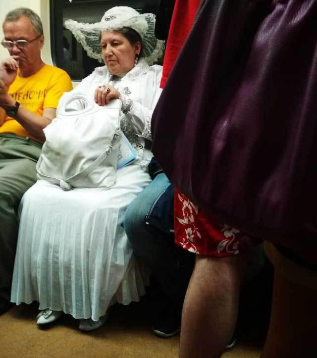 женщина в белом в метро