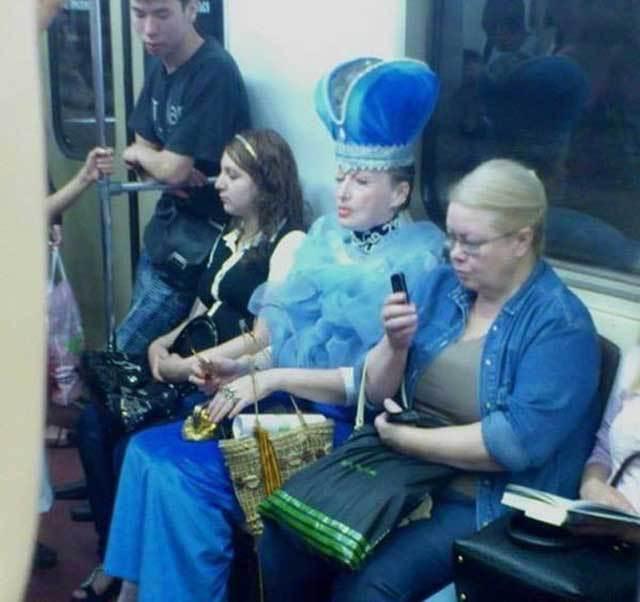 женщина в королевской тиаре