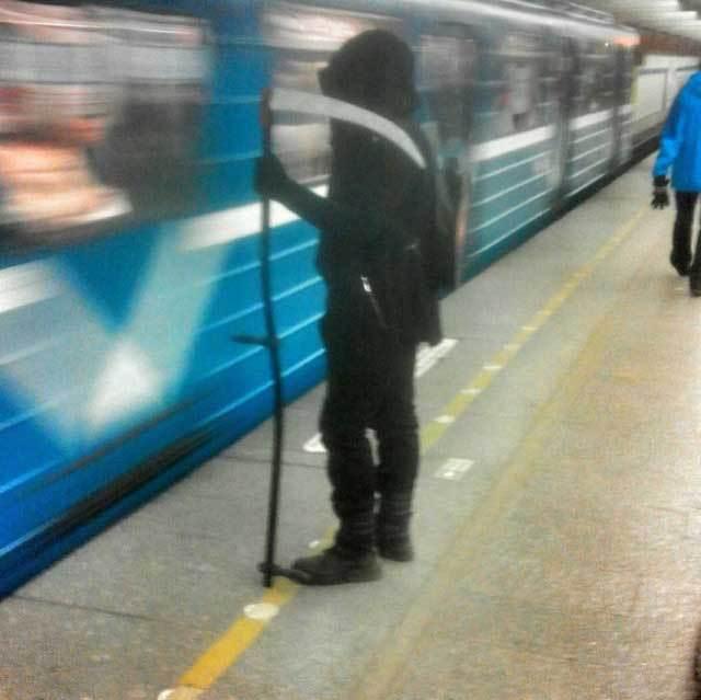 парень с косой в метро