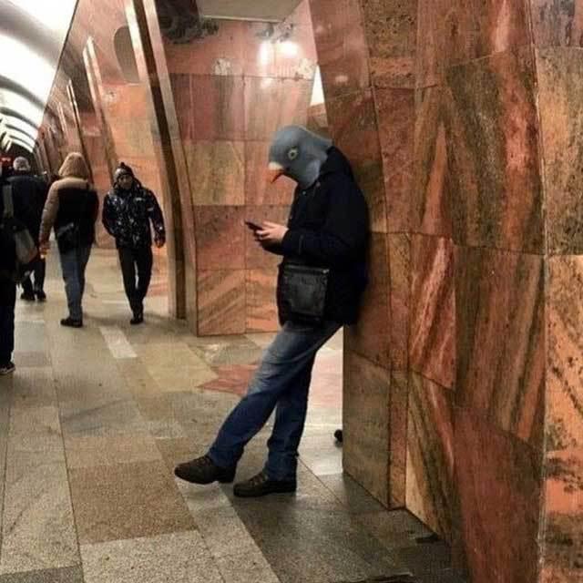 парень в маске голубя в метро