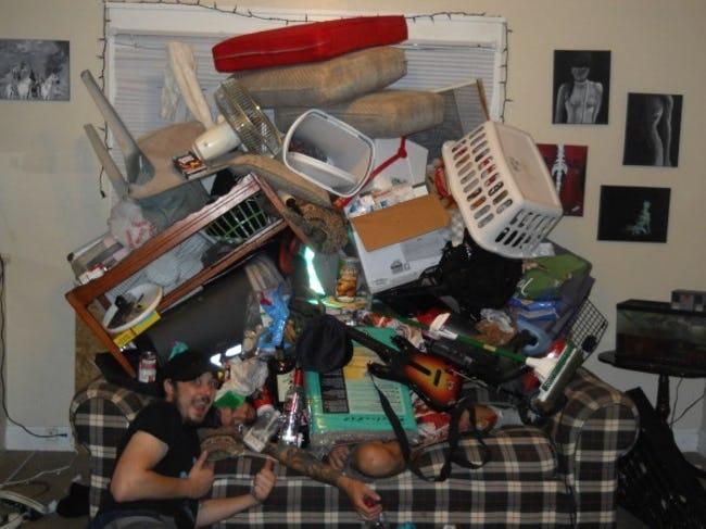 диван заваленный вещами