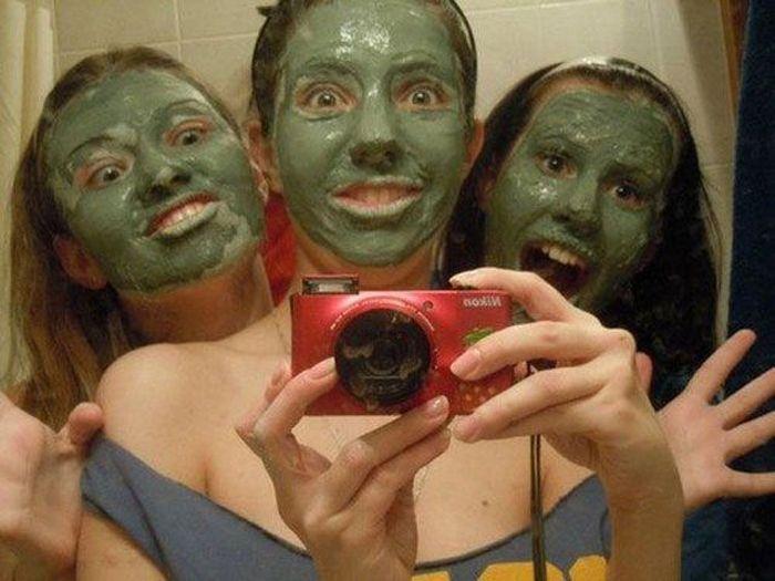 девушки с масками на лице