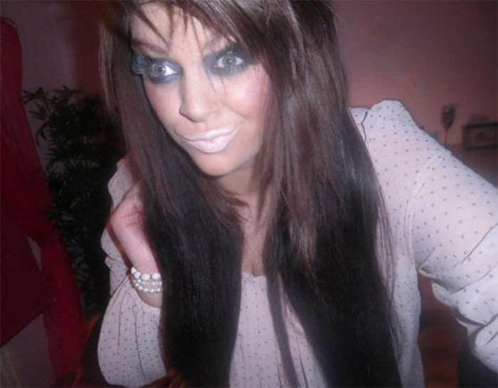 девушка со странным макияжем