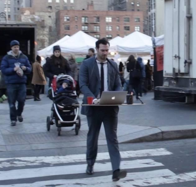 парень с ноутбуком на улице