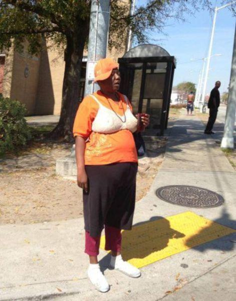женщина с лифчиком поверх футболки