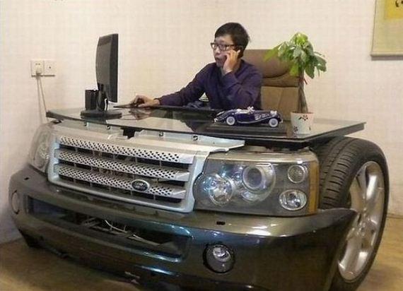 мужчина за столом в форме машины