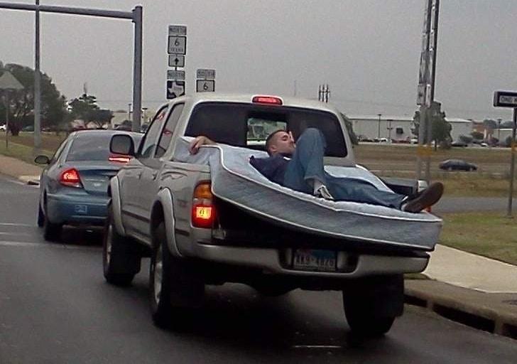 мужчина на матрасе в авто