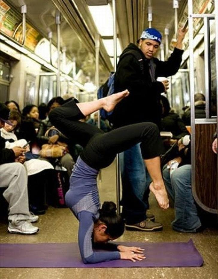 девушка занимается йогой в метро