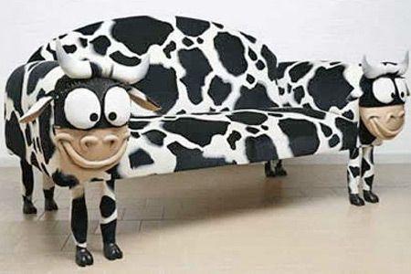 диван с принтом коровы