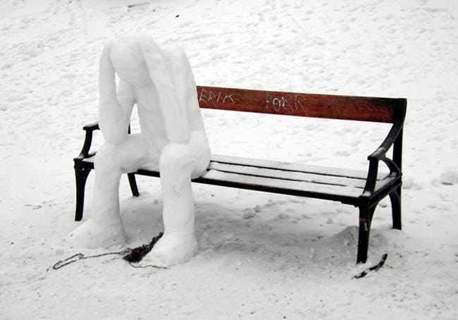 снеговик сидит на скамейке