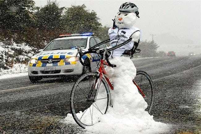 снеговик на велосипеде