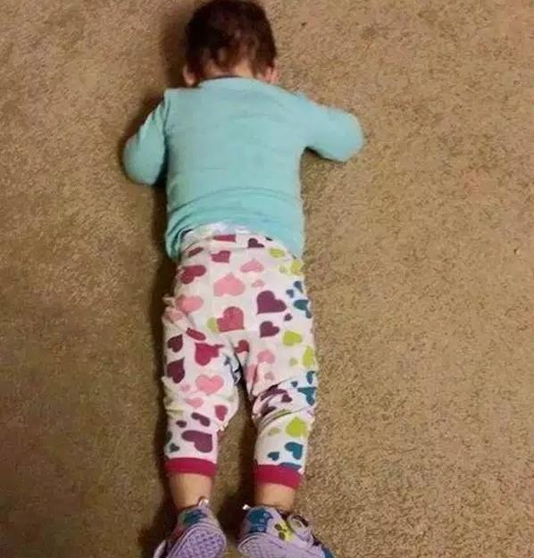 мальчик лежит на полу
