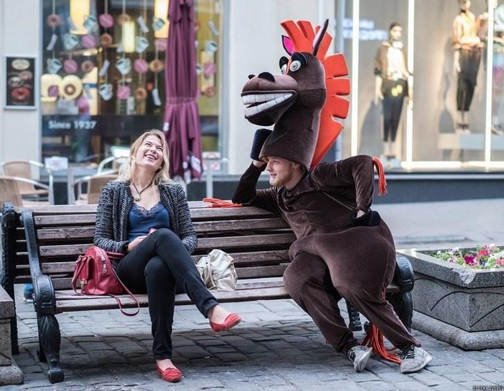 мужчина в костюме лошади на лавке