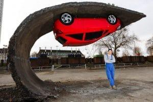 красная машина висит вниз головой