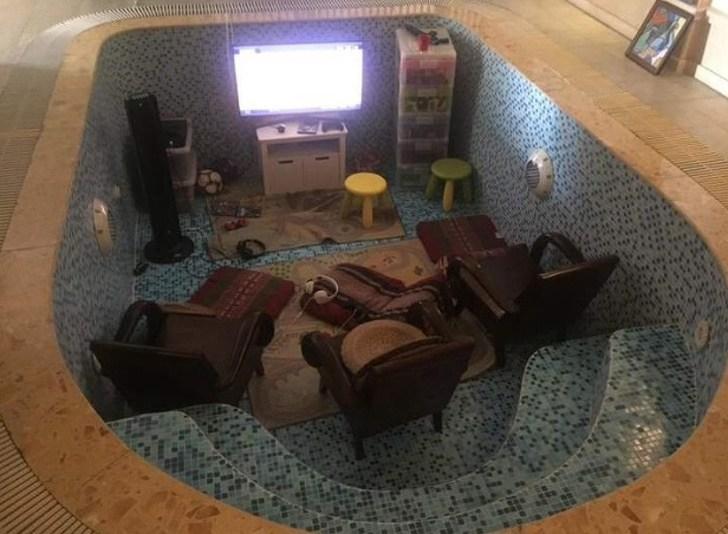 комната в чаше бассейна