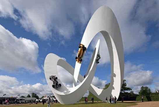 скульптура с гоночными машинами на трассе