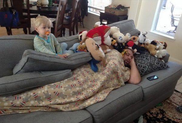 спящий папа и сын