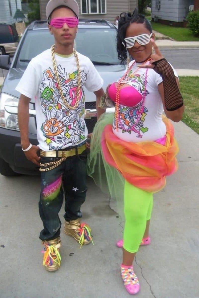 парень и девушка в яркой одежде