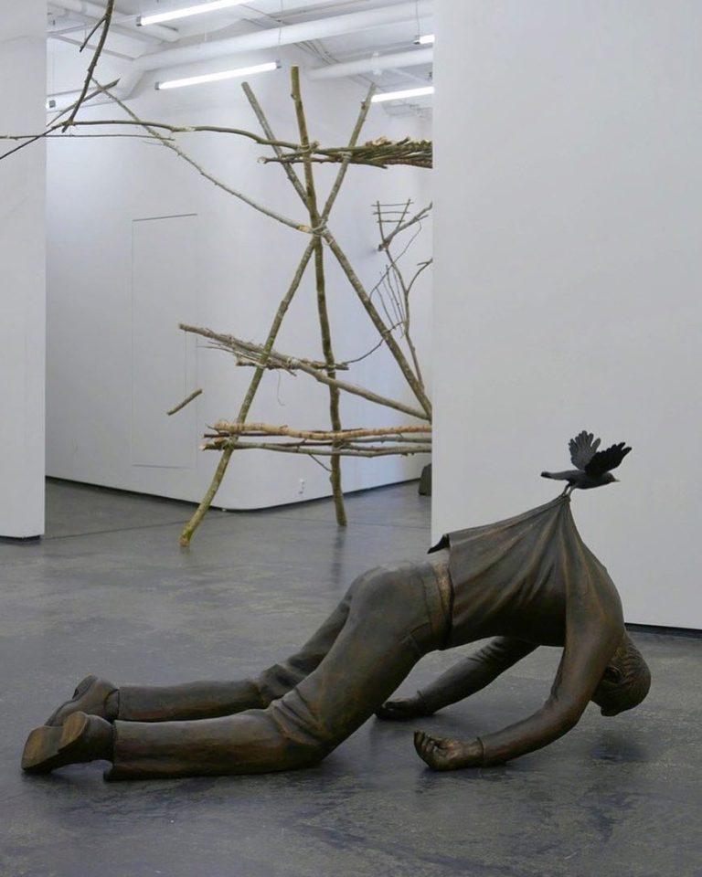 скульптура птицы несущей человека