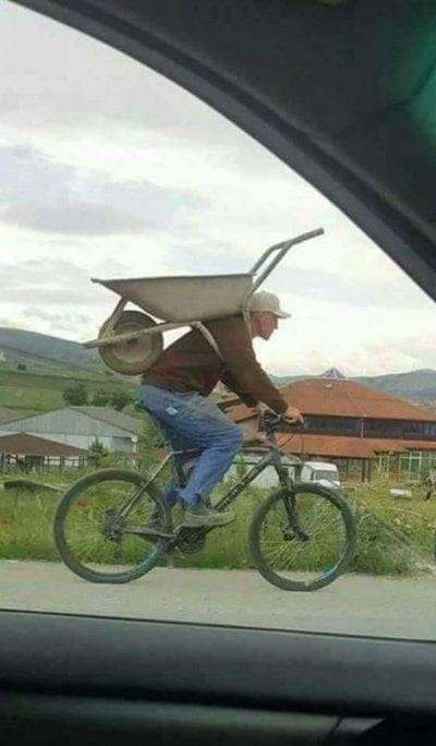мужчина на велосипеде