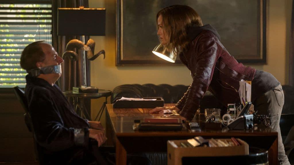 мужчина с кляпом сидит за столом женщина встала и смотрит на него сердито