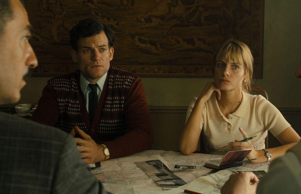 мужчина и женщина совещание за столом