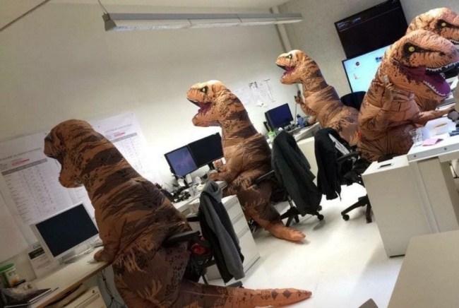 люди в костюмах динозавров
