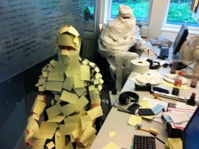 мужчины обклеенные бумагой