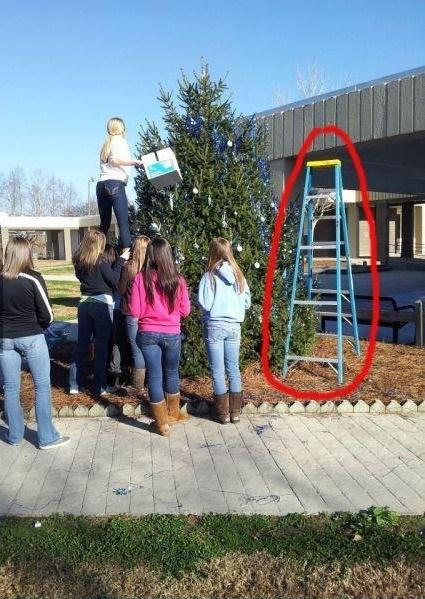 девушки наряжают елку