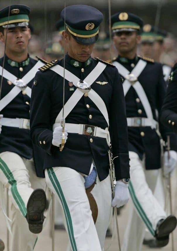 офицер в рваных штанах