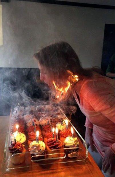 у женщины горят волосы