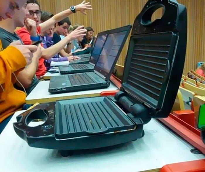 люди за ноутбуком