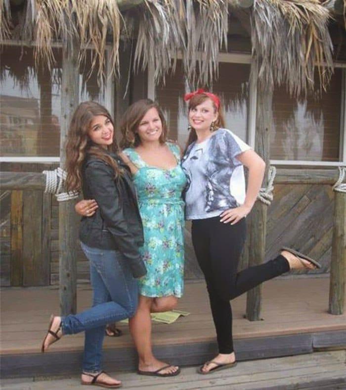 три девушки позируют для фото