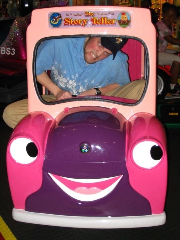 мужчина в детском автомобиле