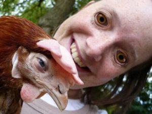девушка с курицей на руках