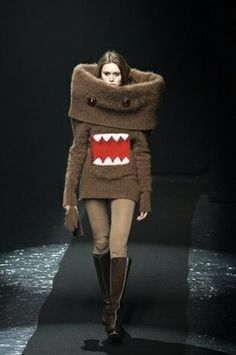 девушка в свитере на подиуме