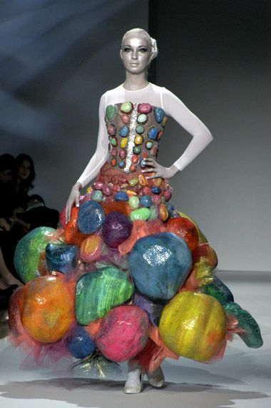 девушка в платье на подиуме
