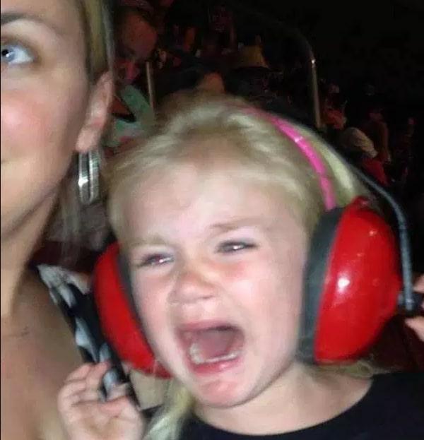 девочка плачет на руках у мамы