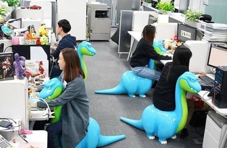 стулья в форме динозавров
