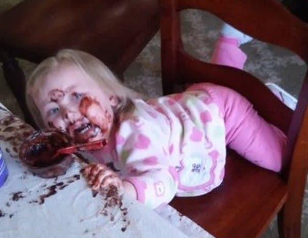 девочка застряла в стуле