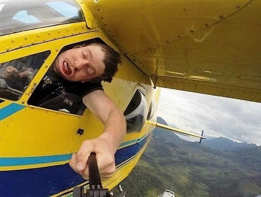 мужчина в самолете