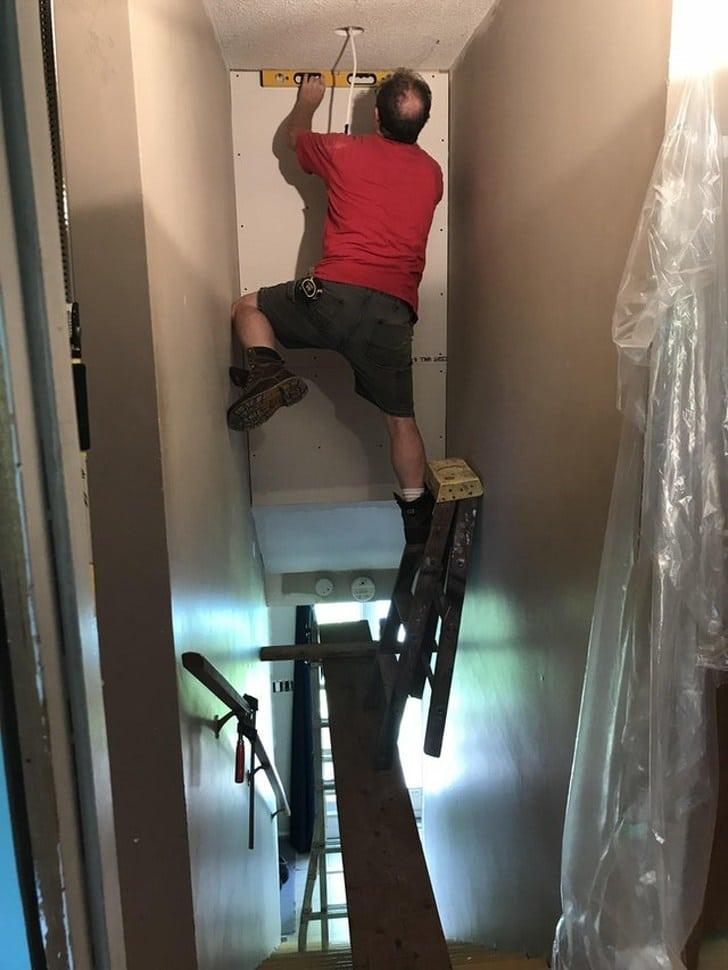 мужчина ремонтирует